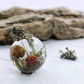 Кулон сфера 25 мм с грибами, мхом и земляникой в эпоксидной смоле
