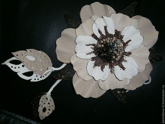 """Броши ручной работы. Ярмарка Мастеров - ручная работа. Купить Цветок-подвязка """"Камелия"""". Handmade. Брошь цветок, брошь из кожи"""