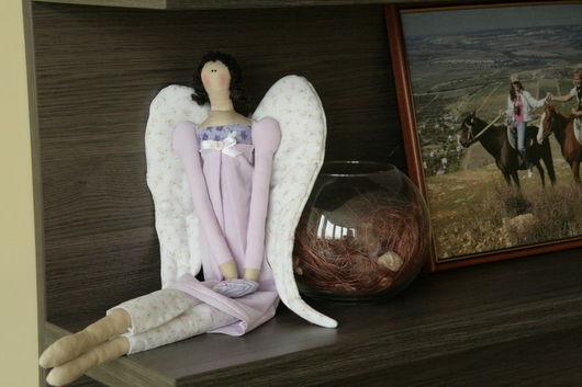 Ангел может сидеть и для удобства использования в интерьере сзади сделана петелька для подвешивания.