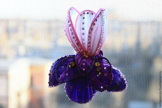 Стилизованное изображение цветка Ириса. Стразы как капли росы.