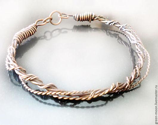 Простой переплетенный браслет из патинированной полированной меди подходит для повседневного ношения. Украшение выполнено вручную. Возможно изготовление на заказ.