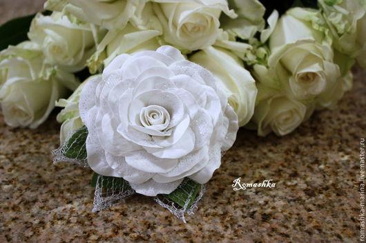 """""""Зимняя роза"""" на креплении 2 в 1 (брощь+зажим). Праздничная роза украшена мерцающей декоративной сеточкой, серебристыми морозными листиками. Дарю Вам настроение праздника!"""