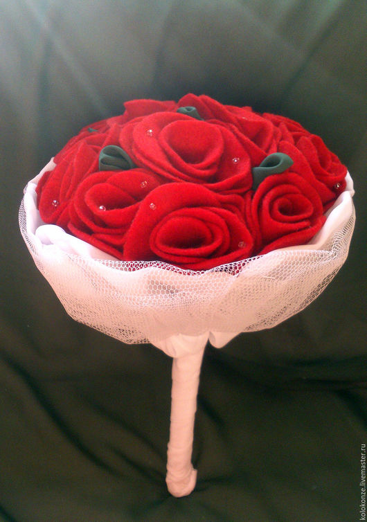 Букет невесты из 13 красных фетровых роз