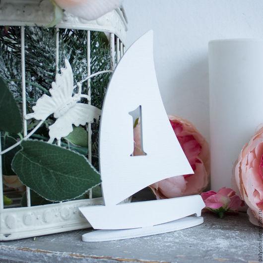 Вы можете заказать кораблики с номерами столов в необходимом вам цвете.
