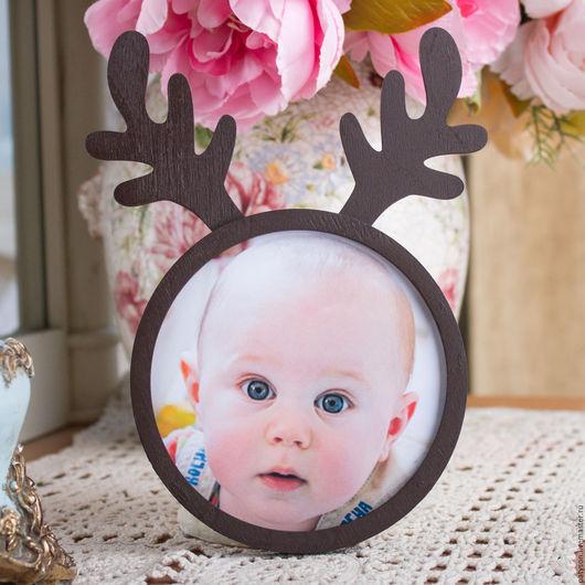 Фоторамка изготовлена из фанеры - этот материал безопасно использовать в оформлении детской комнаты.