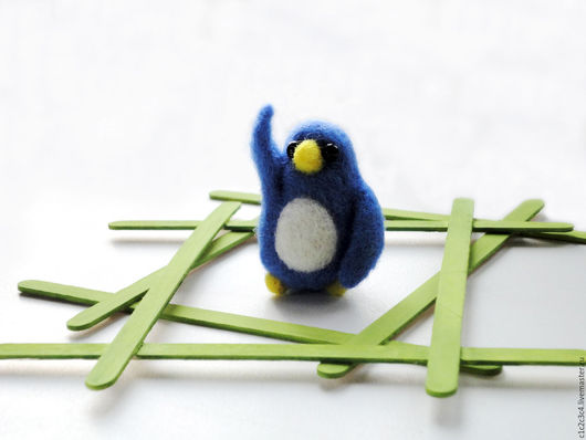 Миниатюрная игрушка из шерсти Приветствующий Пингвиненок