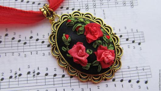 """Кулоны, подвески ручной работы. Ярмарка Мастеров - ручная работа. Купить Кулон с вышивкой """"Red roses"""". Handmade. Ярко-красный"""