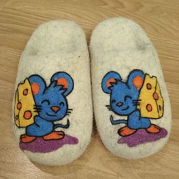 """Обувь ручной работы. Ярмарка Мастеров - ручная работа Тапки """"Новогодний подарок"""" №5. Войлочные тапки с рисунком. Handmade."""
