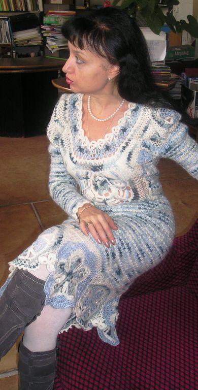Платье связано в сложной бесшовной технике с элементами ирландского и брюггского кружев.