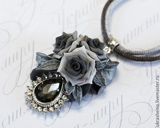Серебристо-серое украшение на шею с розами из полимерной глины. Цена 950р