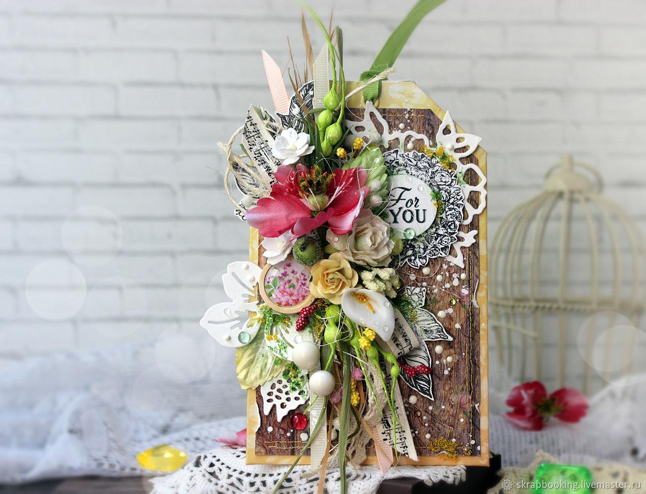 Подарочная открытка-тэг с цветочной композицией на деревянном фоне и надписью `For you`. Эта небольшая открыточка станет отличным сопровождением к подарку или к его упаковке! С обратной стороны тэг