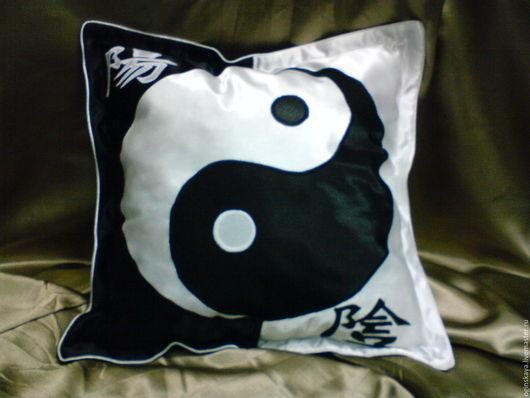 Подушка `инь-янь`, размер 50см на 50см.