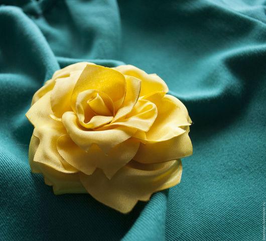 Брошь с цветком из ткани ручной работы. Каждый лепесток создан по авторским лекалам. Замечательный вариант для украшения одежды. Также можно использовать как украшение для волос.  Диаметр цветка 10 см