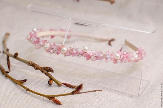 Ободок для волос из крошки (сколов) розового кварца. Дополнен керамическими бусинами и чешским бисером. Красивый и аккуратный ободок подойдет как для повседневной носки, так и для особых случаев.
