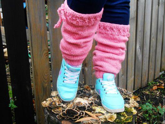 Ножки очень довольны комфортом. Гетры нежно-розовые на шнурках, выполнены на крупных спицах, объемные... и очень тёплые.
