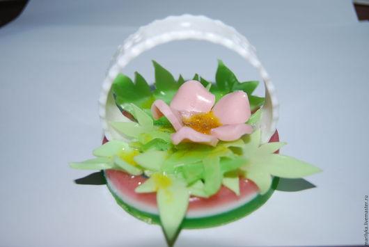 Мыло ручной работы `цветочная фантазия` - станет отличным подарком для любого торжества! В состав мыла входят базовые масла, которые будут бережно ухаживать за вашей кожей.