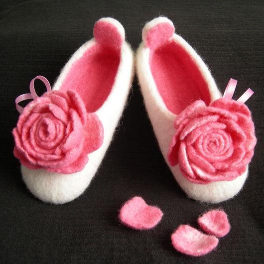 """Обувь ручной работы. Ярмарка Мастеров - ручная работа. Купить Валяные тапочки """"Утренняя роза"""" (детские). Handmade. Валяные тапочки"""