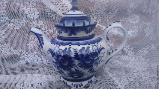 ...изысканный и элегантный, художественно- расписной  фарфоровый гжельский чайник, времен социализма и коммунизма)))...
