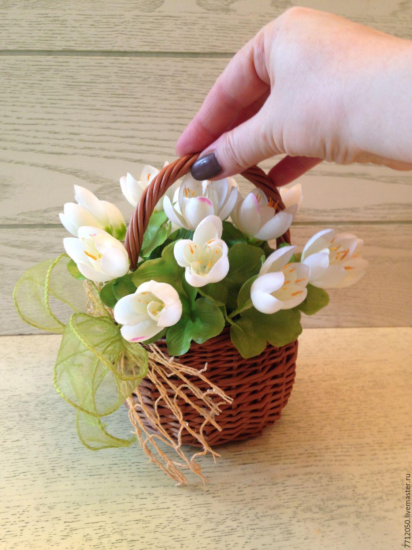 Композиции из цветов в маленькой корзинке