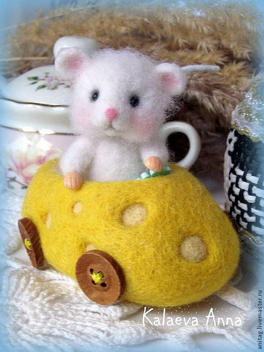 Игрушки животные, ручной работы. Ярмарка Мастеров - ручная работа. Купить Юный автомобилист...)))(мышонок). Handmade. Белый, игрушка из шерсти