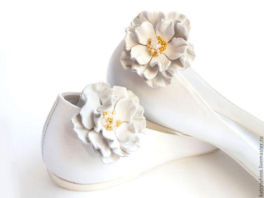 Клипсы для туфель белые цветы из кожи