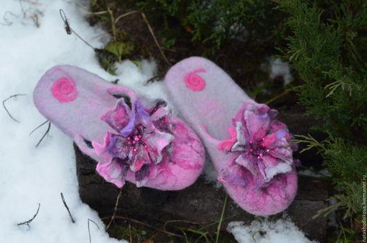 """Обувь ручной работы. Ярмарка Мастеров - ручная работа. Купить Тапочки валяные с цветком """"Нежность"""". Handmade. Бледно-розовый"""