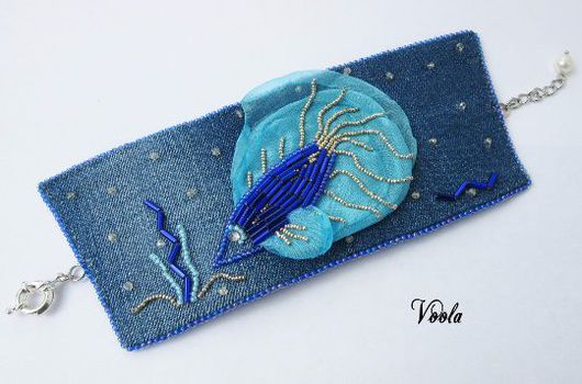 джинсовый браслет с рыбкой. бисер, жемчуг, органза