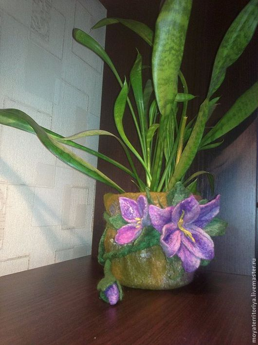 Кашпо выполнено из шерсти. Цветы сделаны вручную из шерсти отдельной веткой и закреплены нитью. Техника-мокрое валяние. Подходит для любого интерьера.