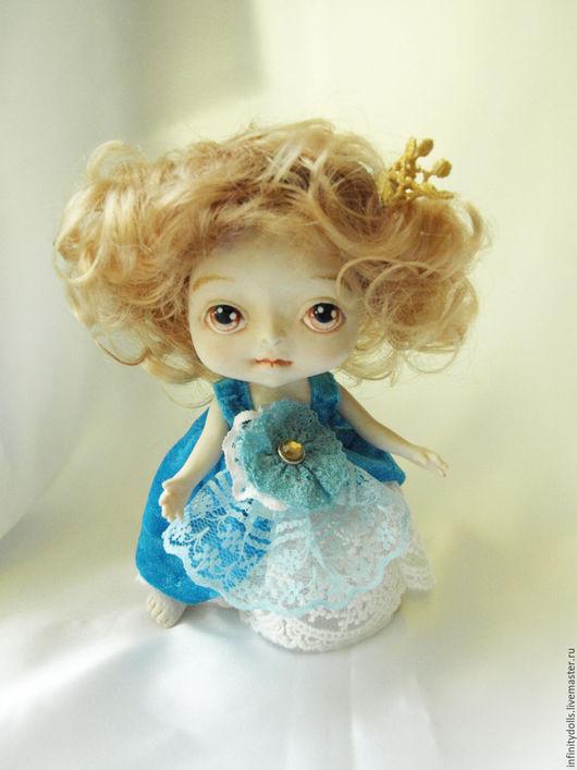 Маленькая куколка поместится в кормашек или сумочку. Очень милая куколка.