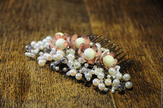 Свадебные украшения ручной работы. Ярмарка Мастеров - ручная работа. Купить Свадебный гребень с розовыми цветами и жемчужными бусинами. Handmade.