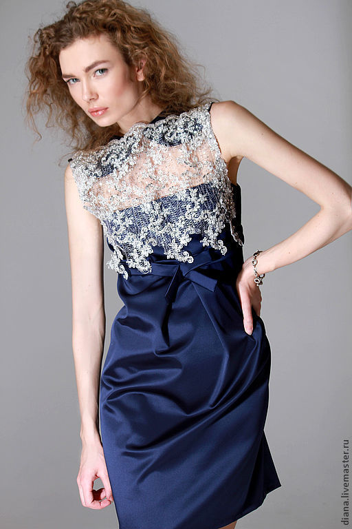 Элегантное вечернее платье синего цвета с серебристым кружевом. Полу-прилагающего силуэта от дизайнера Дианы Павловской