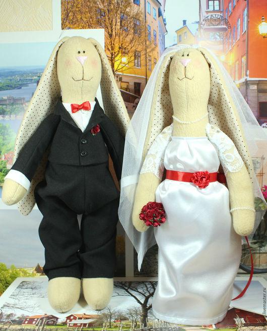 Парочка текстильных зайцев станет замечательным и оригинальным украшением свадьбы, подарком на свадьбу, а также на годовщину свадьбы или влюбленным! Высота зайца 40,5 см, высота зайчихи 39 см