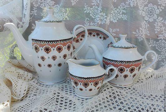 ...эффектная посуда для чайно-кофейной церемонии, производства Рижского фарфорового завода (бывшего Кузнецовского фарфорового завода в Риге), 70-е годы Советского Союза...прошлый век...