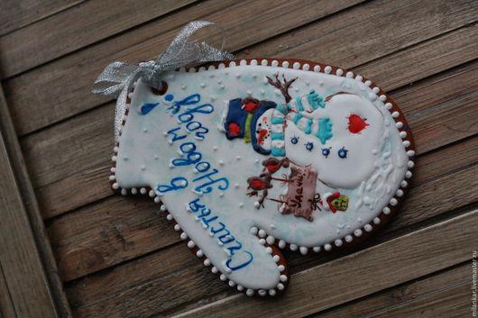Вкусный и ароматный имбирный пряник с добрым и веселым снеговиком, с подарочной надписью, порадует Ваших близких.  Ручная работа. Может стать неповторимой новогодней открыткой или елочной игрушкой)