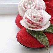 """Обувь ручной работы. Ярмарка Мастеров - ручная работа Валяные тапочки шлёпки """"Алые с розой"""" с королевской """"печенькой"""". Handmade."""