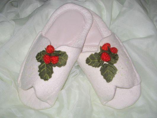 """Обувь ручной работы. Ярмарка Мастеров - ручная работа. Купить Тапочки """"Ягодки на снегу"""":-). Handmade. Шерсть"""