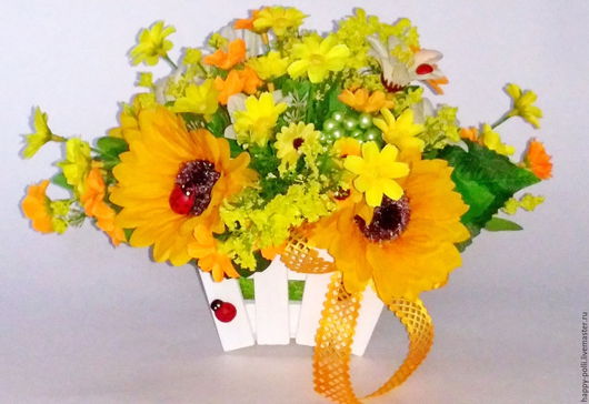 Небольшая интерьерная композиция `Солнечная` , выполнена из цветов подсолнуха, мелкой космеи различных оттенков, ягодок, деревянное кашпо-заборчик.