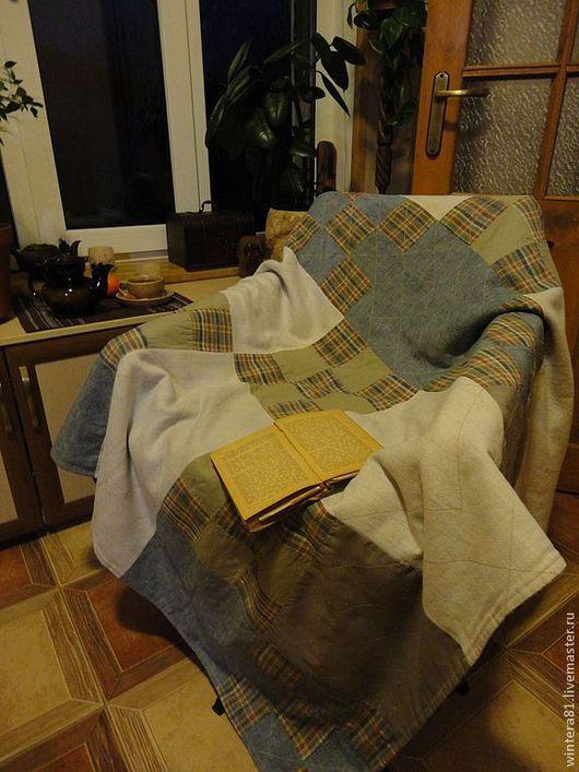 Плед можно уютно разместить на кресле