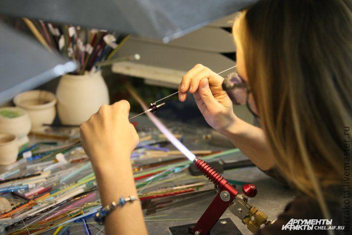 Девушка с пробкой в магазине фото 435-367