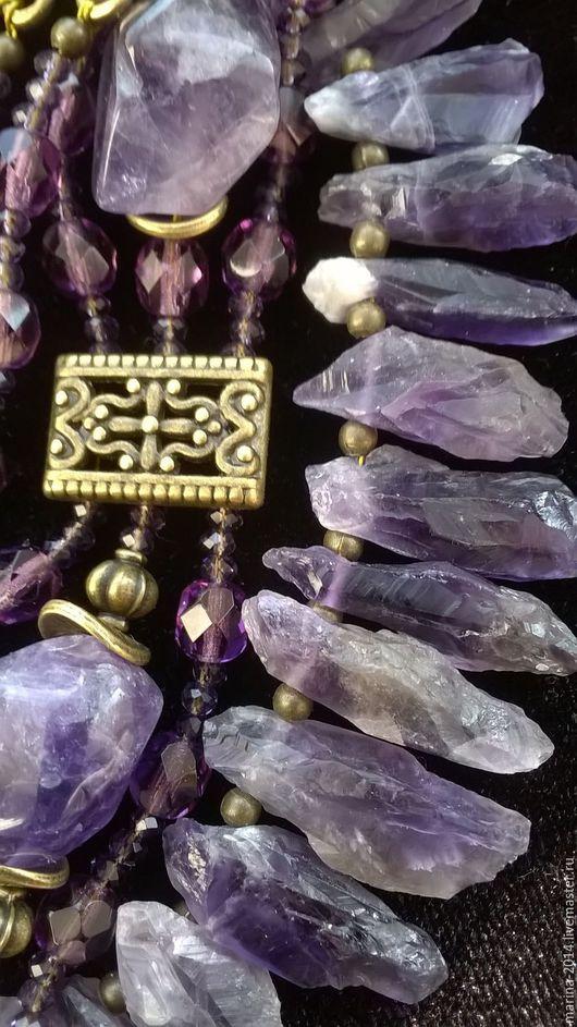 Немного грубоватые, стилизованные под старину, украшения из кристаллов великолепного аметиста, бусин чешского хрусталя и фурнитуры под античную бронзу: ожерелье, трехрядный  браслет и длинные серьги.