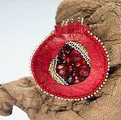 Украшения ручной работы. Ярмарка Мастеров - ручная работа Брошь гранат вышивка натуральные камни бусины. Handmade.