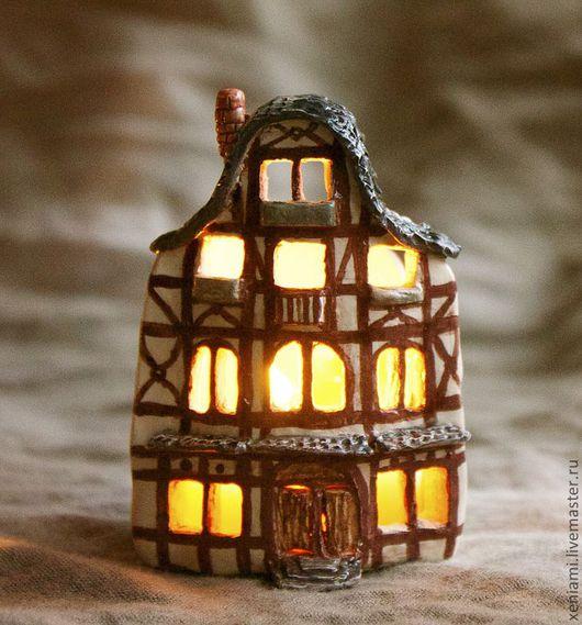 Подсвечник Рождественский домик, из придуманного городка Кляйнштадта. Задняя стенка - чтобы отбивала свет, свеча вставляется сверху, есть выемки для зажигания. Часть серии, изображающей немецкий Рожде