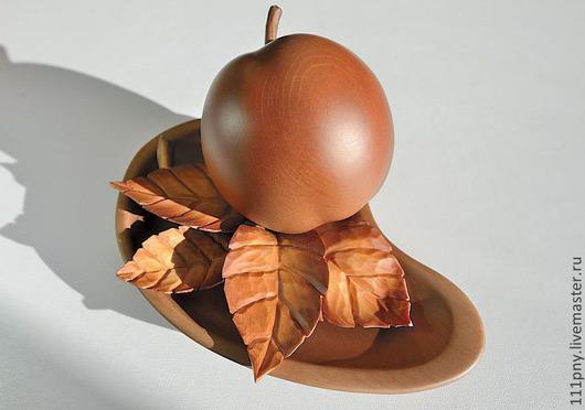 Статуэтки ручной работы. Ярмарка Мастеров - ручная работа. Купить Композиция - яблоко с листочками на подставке.. Handmade. Резьба по дереву