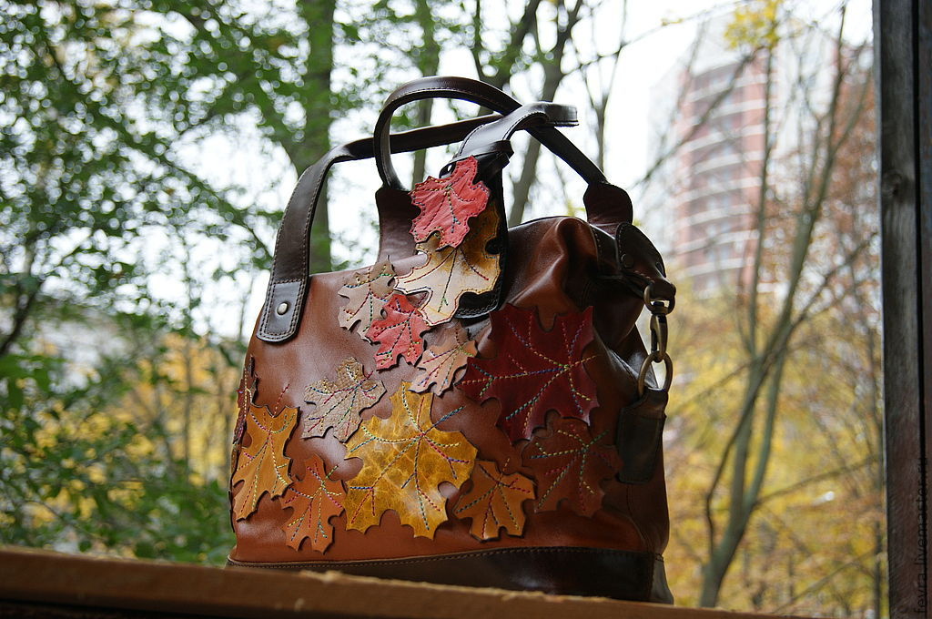 Handbag with an oversized appliqued leaves. On the handle removable keychain.
