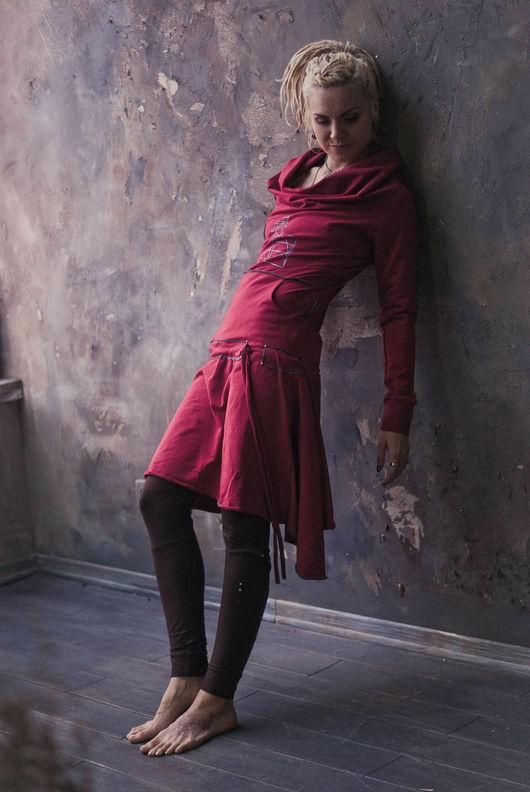 Платье `Золотое Сечение`, мягкий трикотаж, объемный ворот, два кармана спереди, юбка на присбаривающейся кулисе
