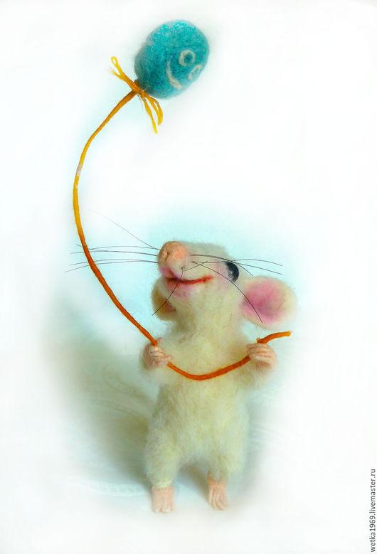 Я мышку узнАю по визгу, Который выводит Светка, Влетев с космическим свистом На кухне на табуретку!