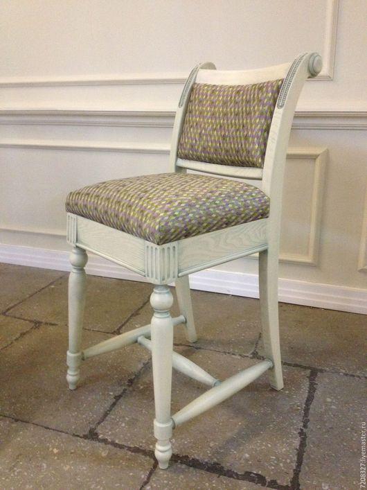 Высокий барный стул со спинкой и элементами резьбы ручной работы, деликатно состаренный патиной. Разница в материалах, цвете, размере возможна, благодаря ручной работе