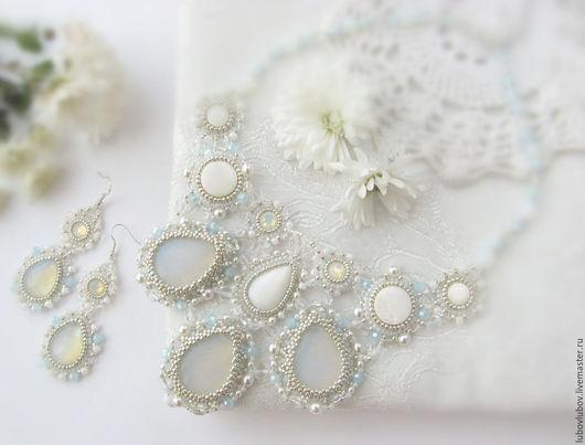 Комплект колье и серьги `O, bella sposa` свадебный с перламутрами и кристаллами, белый, голубой, украшения для невесты