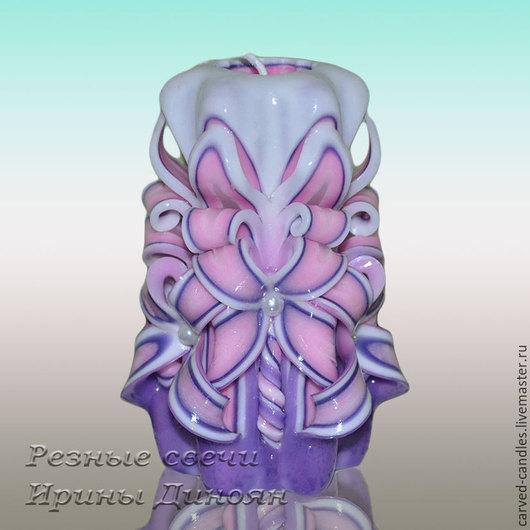 Резная свеча Сиреневый цветок -  вид спереди Резная свеча `Сиреневый цветок` Резная свеча ручной работы. Малая резная свеча.