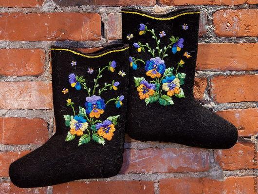 """Обувь ручной работы. Ярмарка Мастеров - ручная работа. Купить Вышитые валенки """"Анютины глазки"""". Handmade. Черный, подарок на новый год"""